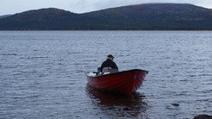 Mein Onkel ist glücklich, wenn er mit dem Boot auf dem See sein darf
