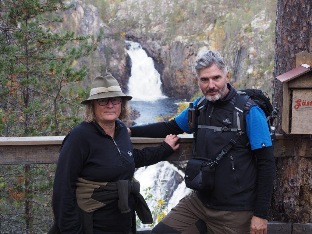 Maggi und Harald vor dem Wasserfall im Muddus Nationalpark