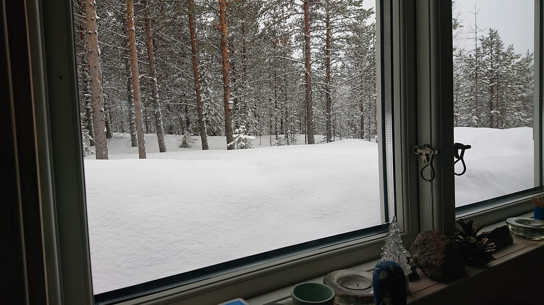 Warten auf Tauwetter - Schnee aus dem Küchenfenster in Vuojat