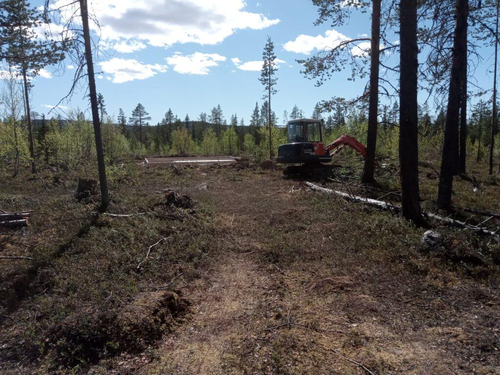 Bauen in Schweden - der Bagger auf dem Grundstück