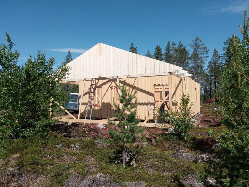 Baustelle in Lappland - erste Teile des Dachstuhls werden montiert