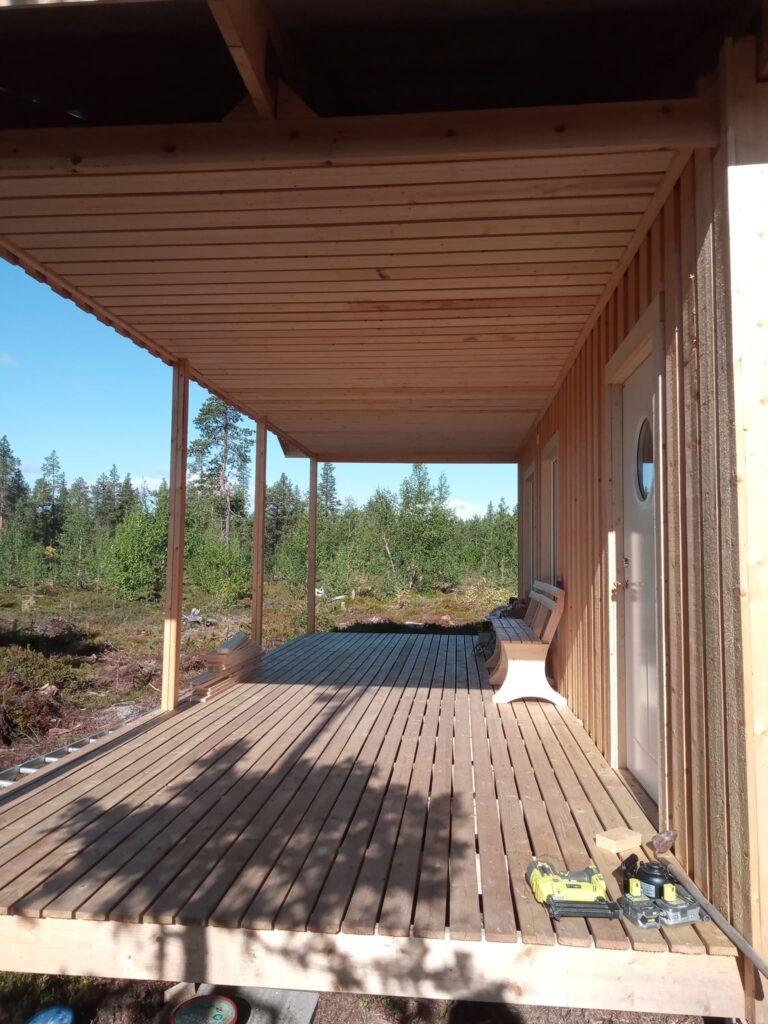 Das Dach der Veranda ist fertig