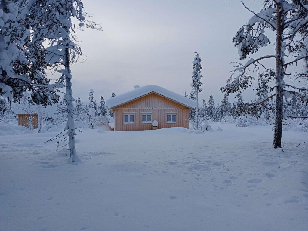 Unser Haus in Lappland im Schnee