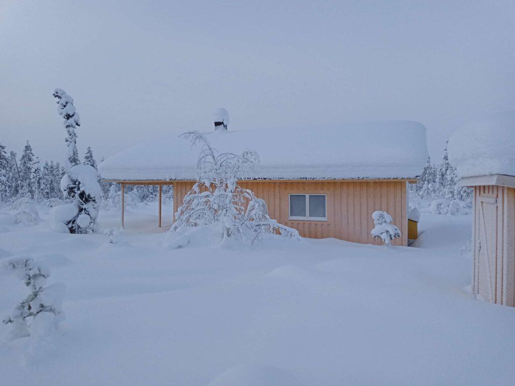 Unser Haus mit Plumpsklo im Schnee
