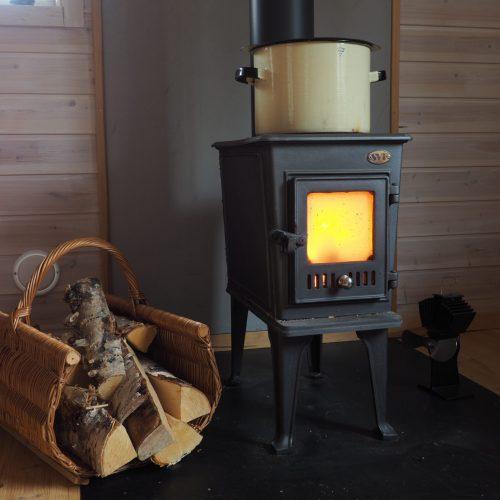 Ferienhaus in Lappland - Ofen mit Topf darauf